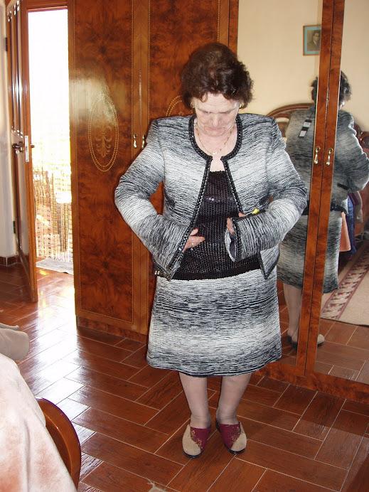 mamaja me profesion rrobaqepse duke provuar kostumin
