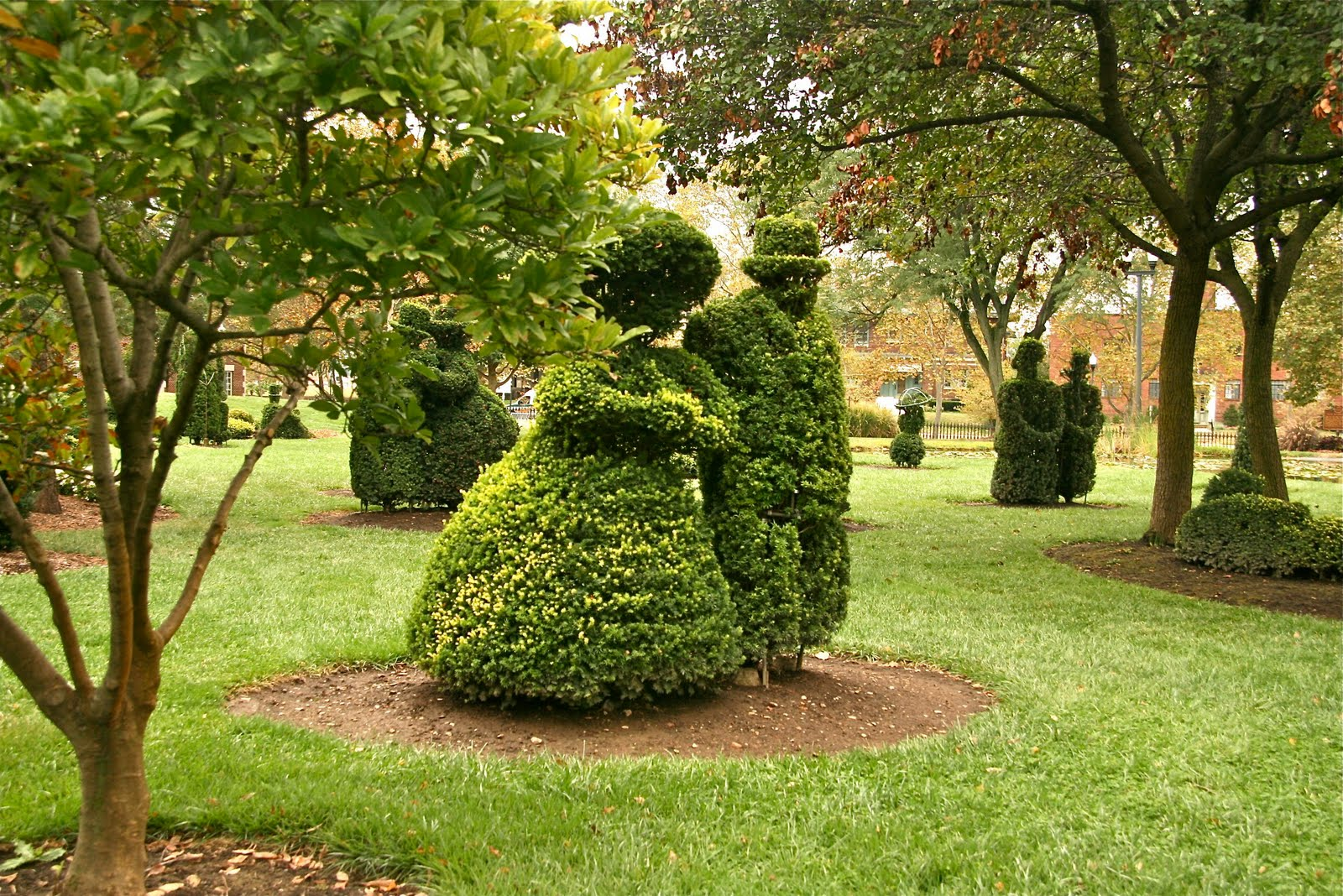 Cool columbus topiary garden for Figuras para jardines