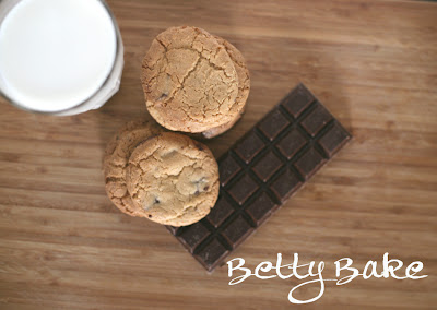 chocolate chip cookies, biscuits, gluten-free, betty bake, with milk,