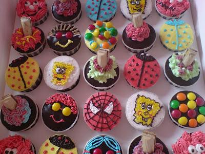 cupcakes cartoon background. birthday cupcakes cartoon.