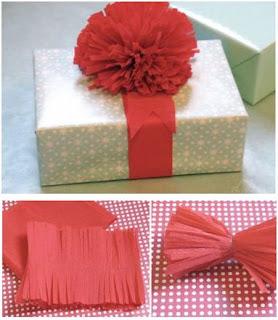como envolver un regalo con un pompon