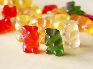 decora la mesa con caramelos, gominolas y chuches