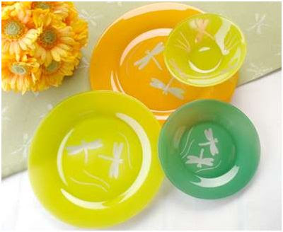 platos de cristal de colores decorados con libelulas