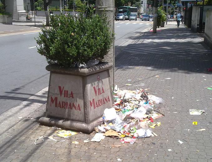 Rua Pedro de Toledo, ao lado do Shopping Santa Cruz.