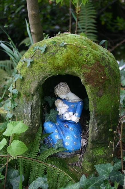 Vierge à l'enfant dans un jardin- 450 euros
