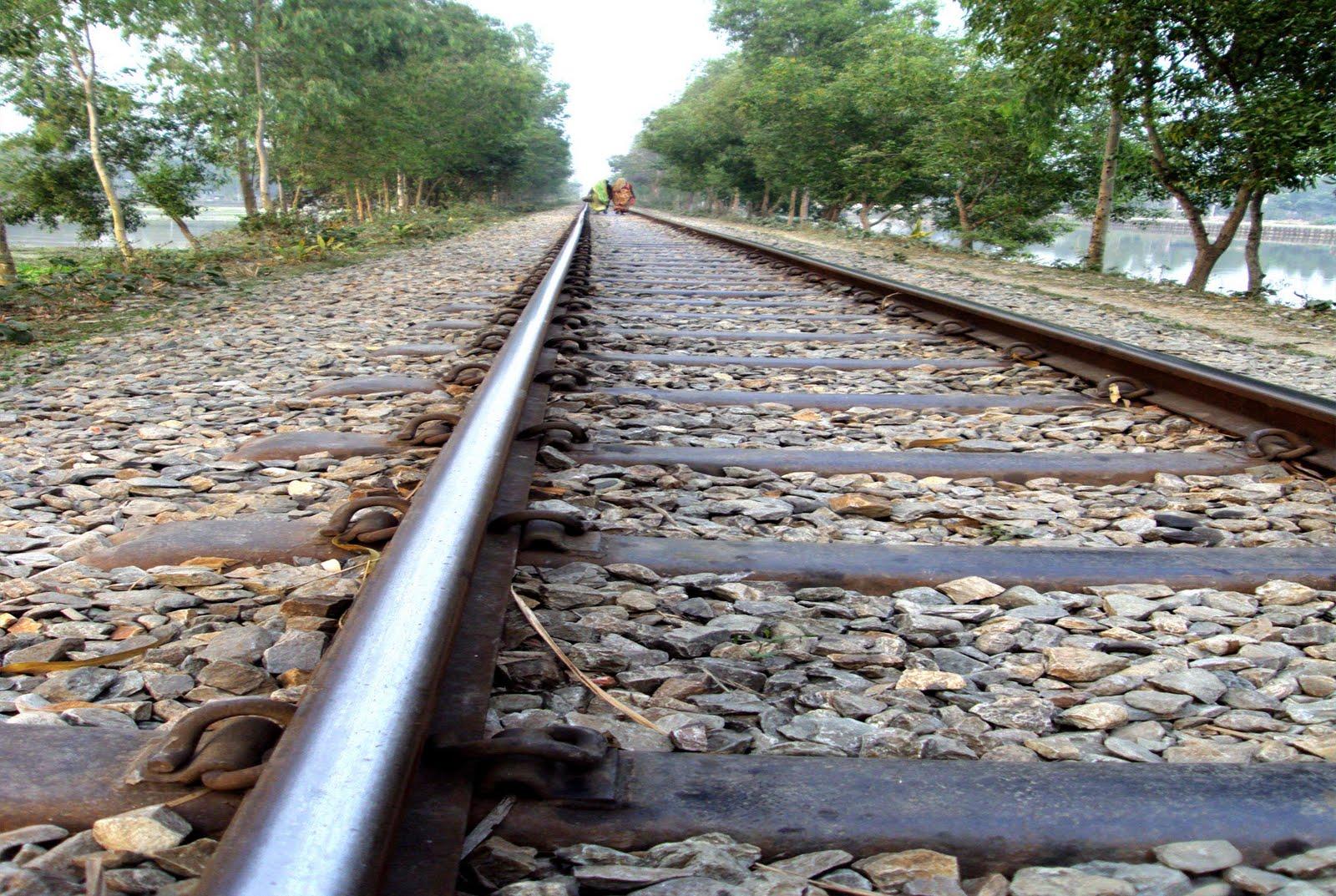 http://4.bp.blogspot.com/__0bX6tXpuqw/TCsbrSoJc6I/AAAAAAAAAL0/gLZyDI_VhSY/s1600/Rail%2BRoad%2BWallpaper.jpg