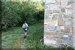 Marcas del GR 11 en el muro de Muskilda