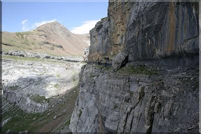 Gran bloque de piedra en medio de la senda