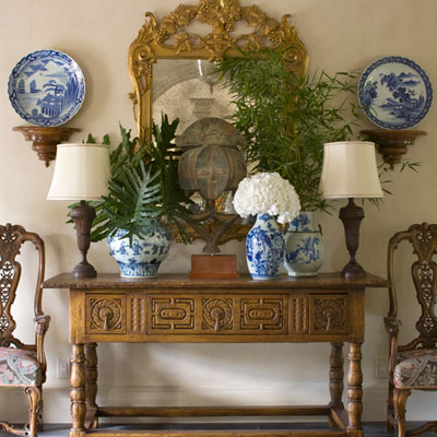 Serenity in design cotwolds english elegance for Decorating with blue and white pottery