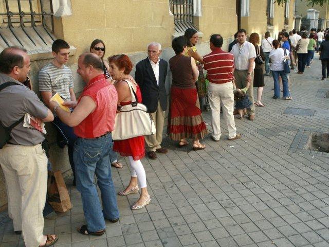 Barrio la jota grandes colas para renovar el dni for Oficina zaragoza delicias dni