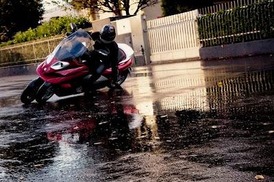scooter tetto,scooter coperto,scooter coperti,scooter tre ruote,scooter 3 ruote,scooter 4 ruote,scooter quattro ruote,scuter coperti,scooter pioggia,adiva scooter,scooter tettuccio,non bagnarsi in scooter,tetto scooter gonfiabile,pioggia in moto moto coperta,moto con tetto,scooter con tetto,adiva ad3,adiva tre ruote