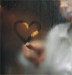 coração escrito no vidro