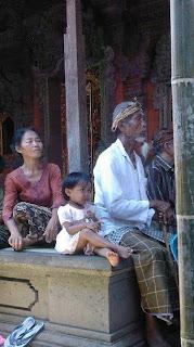 Familieleden wachten op de crematie nabij Ubud op Bali