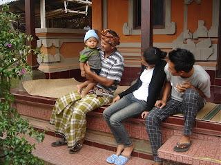 Nyoman, de tuinman van Villa Sabandari in Ubud, met zijn oudste kind in zijn huis in Payangan, ten noorden van Ubud, Bali.