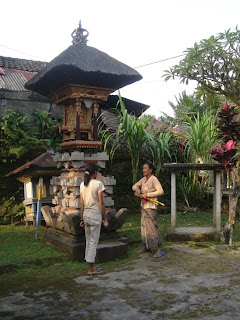 Willy ingsprek met de zus van Nyoman in hun compound in Payangan, ten noorden van Ubud in Centraal Bali.