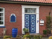 blaue Tür in Ostfriesland