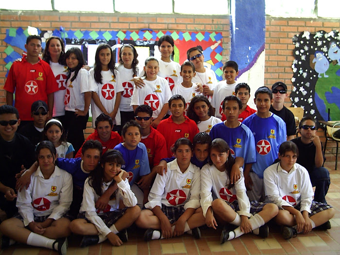 Parte del equipo de estudiantes que participaron en la obra de teatro.