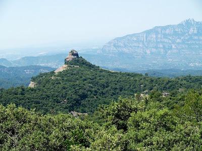 El Paller de Tot l'Any amb Montserrat al fons