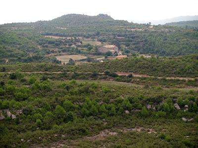 En primer terme, Cal Tresserra; darrere seu el Turó de la Senyera