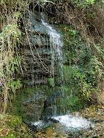 L'aigua regalima en petites cascades