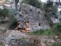 Paret roquera de les antigues muralles de la Roca al congost de les Valls