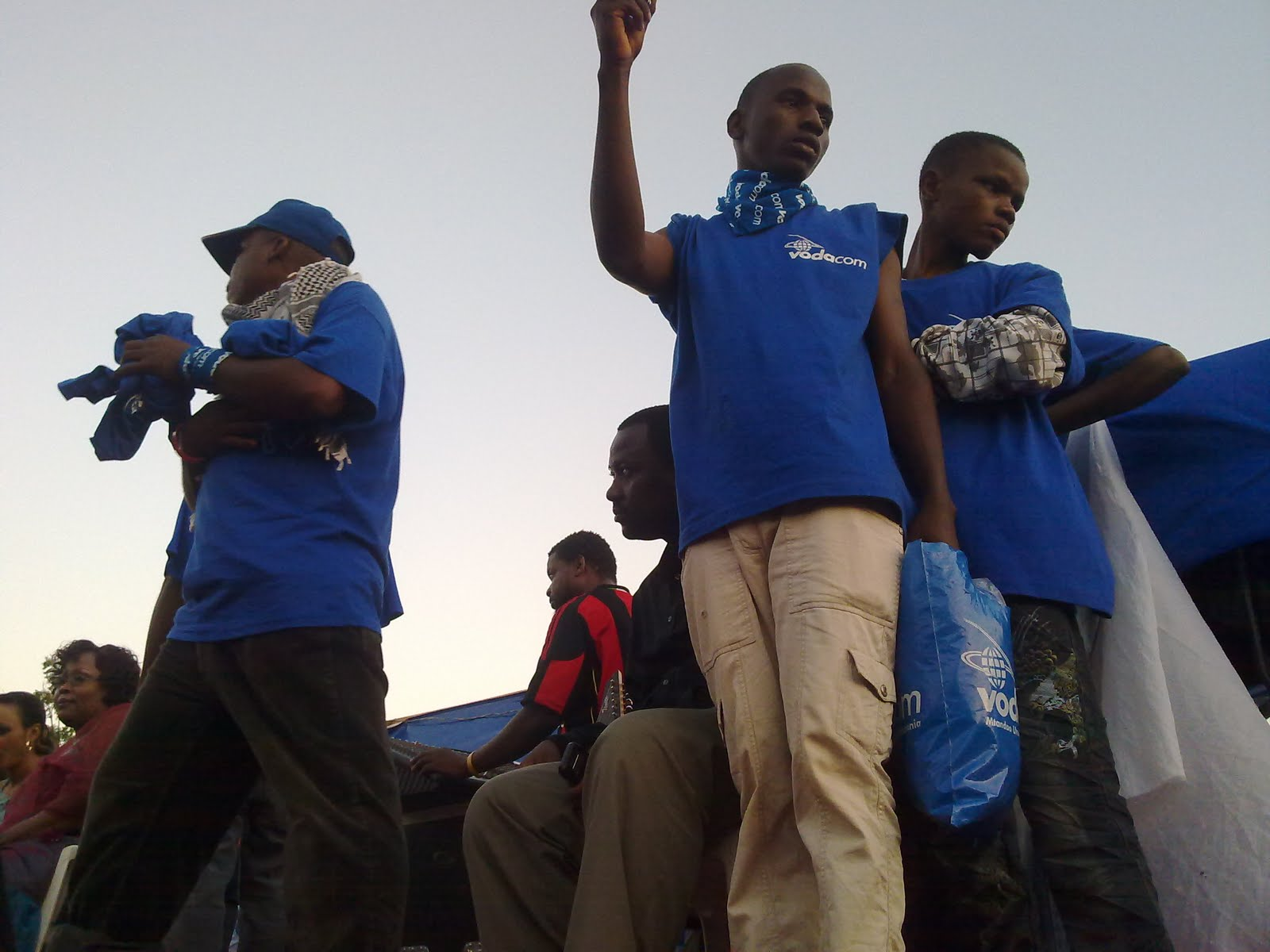 Vijana wa Vodacom wakiwa tayari kugawa zawadi kwa watumiaji wa mtandao