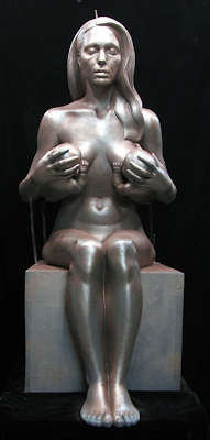 Revelan estatua desnuda de Angelina Jolie