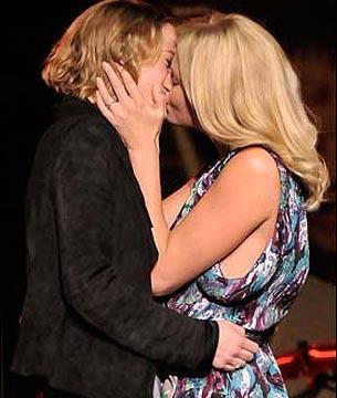 Foto de Charlize Theron y el beso que subastó por 140.000 dólares
