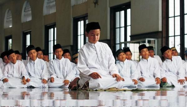 Shalat Jamaah Dapat Dilakukan Paling Sedikit Oleh Dua Orang Dan Dapat Dilaksanakan Di Rumah Surau Masjid Atau Tempat Layak Lainnya