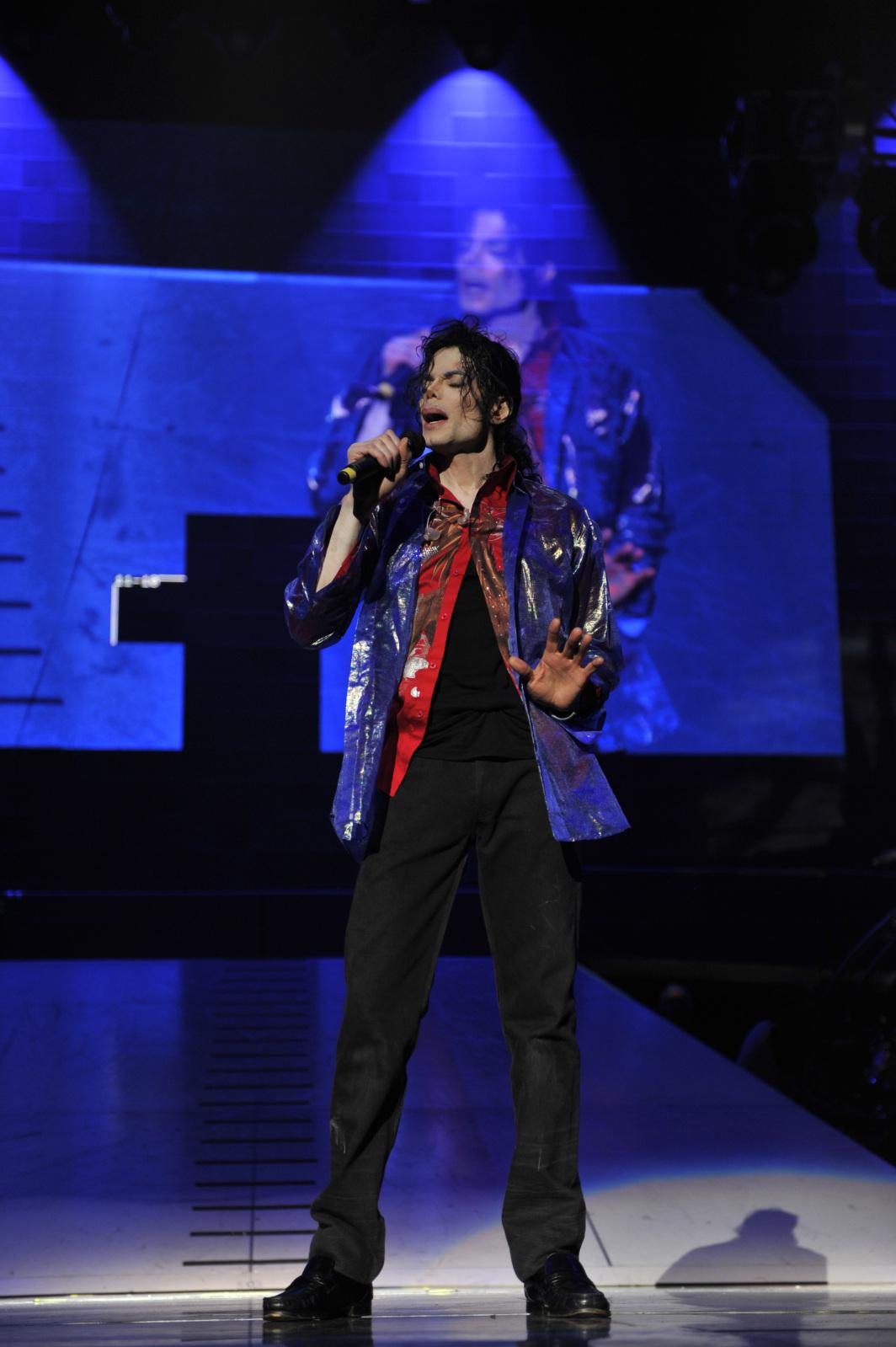 http://4.bp.blogspot.com/__iuYbs5zGVw/TRbU_dfffyI/AAAAAAAAAR0/Luq12U4eCp4/s1600/michael-jackson-this-is-it-blue-solo.jpg