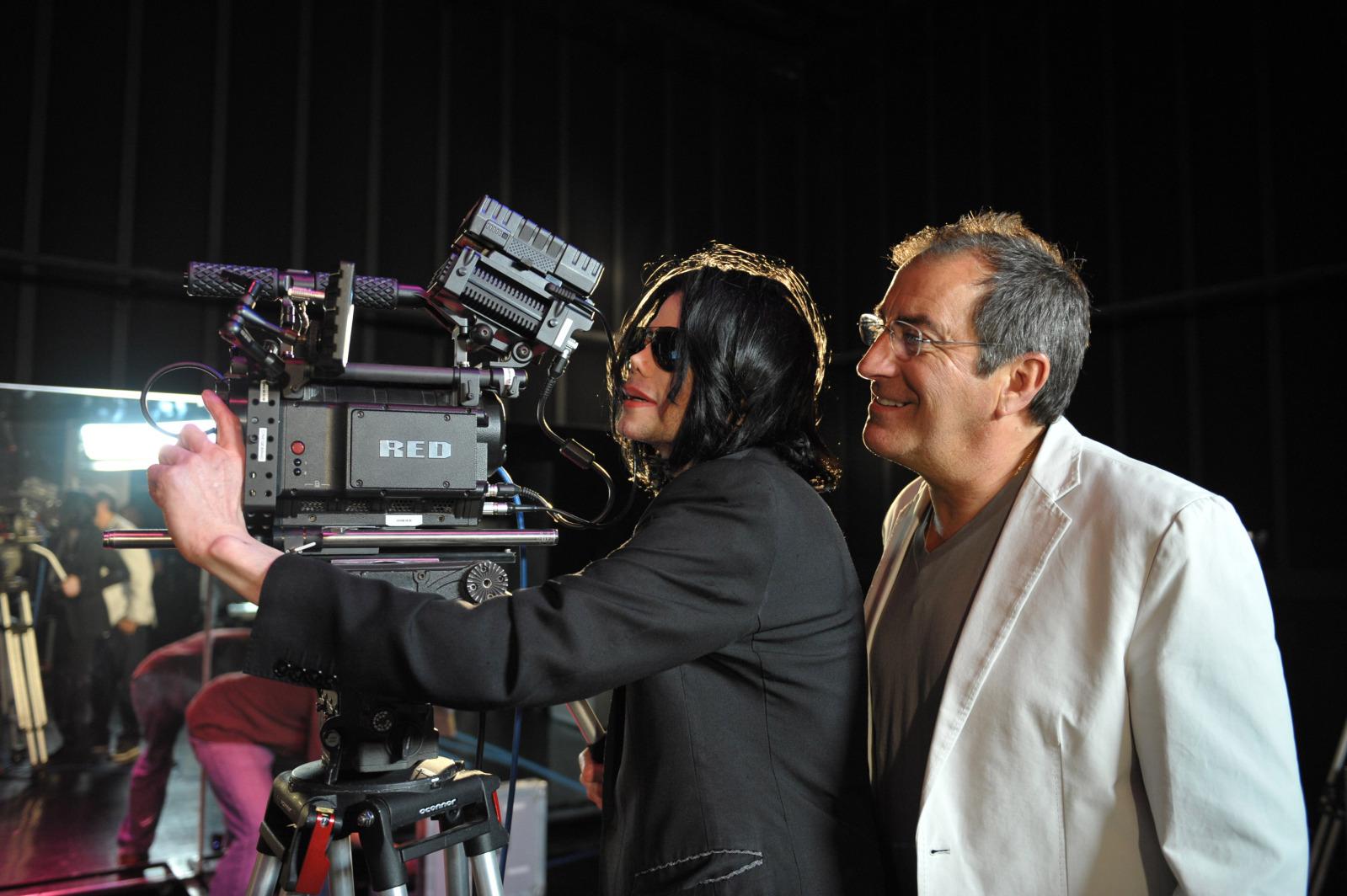 http://4.bp.blogspot.com/__iuYbs5zGVw/TRbVOPYUtgI/AAAAAAAAASA/f7XN0qJUeGY/s1600/michael-jackson-this-is-it-camera.jpg