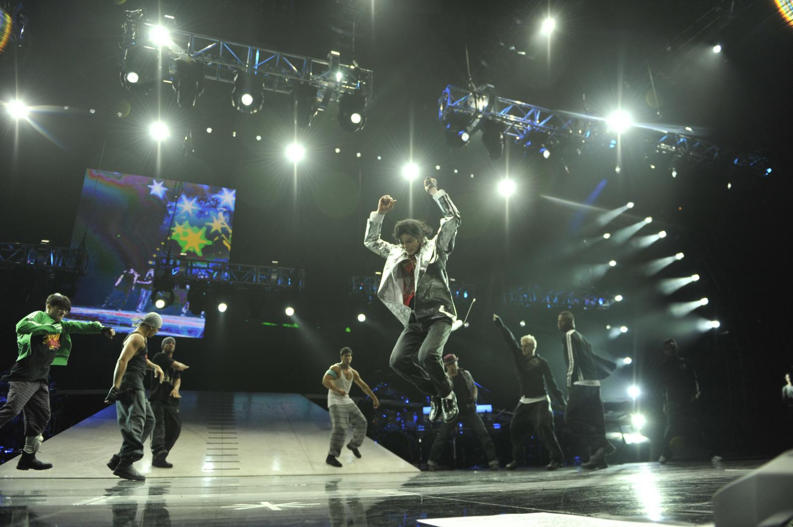 http://4.bp.blogspot.com/__iuYbs5zGVw/TRbWMRYRiwI/AAAAAAAAASw/Tl_WvwkvkDc/s1600/michael-jackson-this-is-it-jumping.jpg