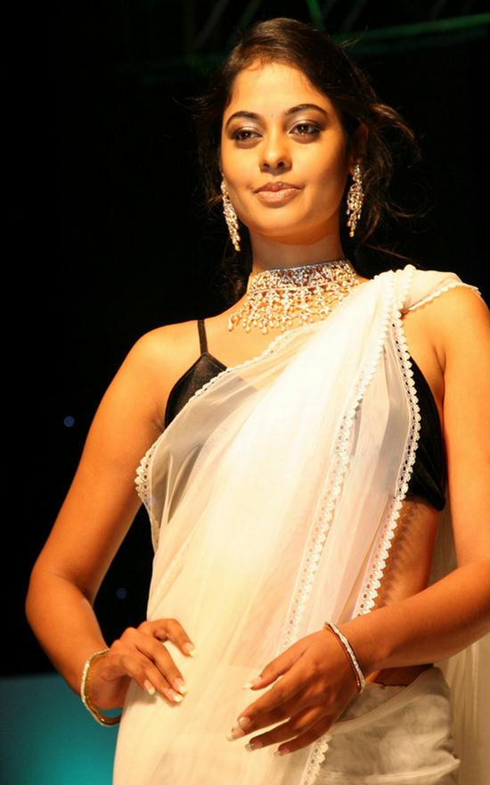 Bindu Madhavi Interacts With Fans On Kedi Billa Killadi Ranga Sets