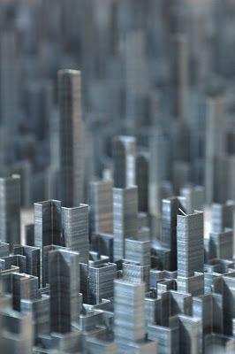 Отдельные дома крупным планом - это действительно скобки, которые из далека очень похожи на дома современного мегаполиса с небоскребами.