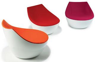 Красно-белые кресла необычной формы.