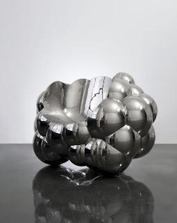 По внешнему виду кресло напоминает пузырьки пены серебристого металла.