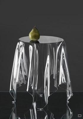 Груша на стеклянном столе.