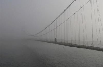Подвесной мост в тумане.