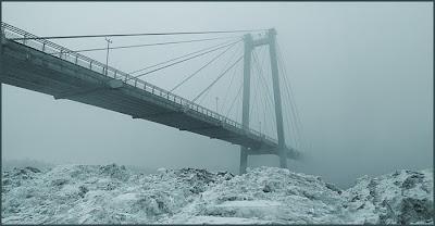 Подвесной мост в зимнем тумане.