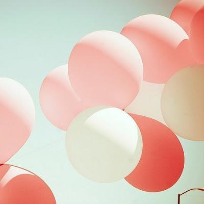 Гирлянда - поделки из воздушных шариков с гелием фото, картинка. Цветные воздушные шарики крупно фото.