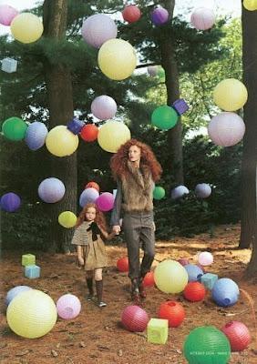Мама с дочкой в лесу среди воздушных шариков с гелием. Украшение для лесных прогулок из разноцветных воздушных шариков. Креативный вариант оформления лесного пейзажа воздушными шариками. Красивая девушка с воздушными шариками в лесу. Грустные картинки.
