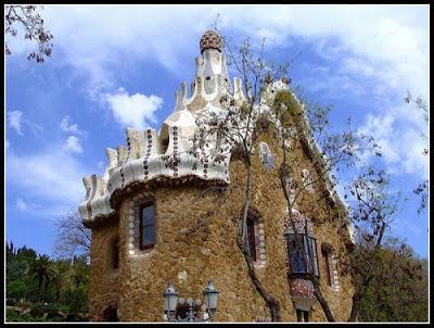 Красивый загородный дом фото. Дворец среди парка фото креатив. Трехэтажный большой дом с башней. Дом в стиле средневекового замка.