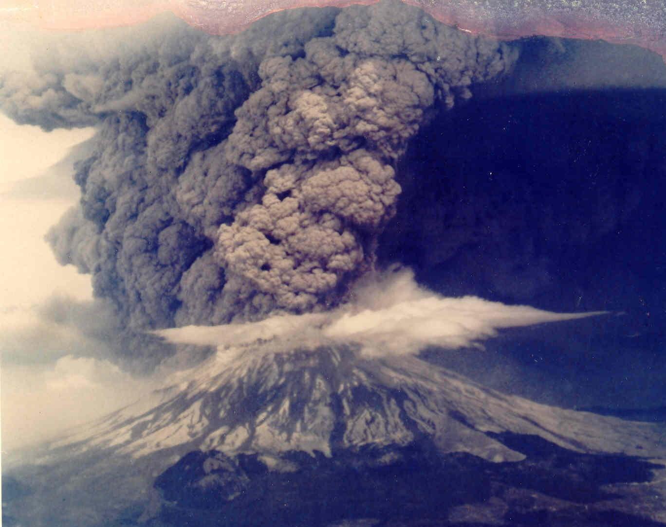 Gambar 1: Gunung Merapi sedang mengeluarkan asap debu