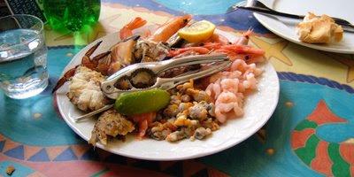 Gemischter Teller mit Taschenkrebs, geräuchterter Makrele, Meerschnecken......