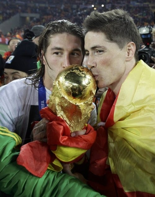 http://4.bp.blogspot.com/_a0MmXhIS91M/TDqNczb8s4I/AAAAAAAAHms/YV5Elyx2hMA/s1600/spain-torres-and-ramos-kiss-the-world-cup-trophy-after-the-2010-world-cup-final-soccer-match-between-netherlands-and-spain-johannesburg.jpg