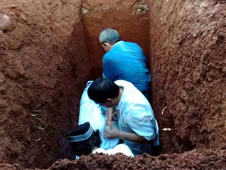 FUNNY AND AMAZING: Kejadian Aneh Saat Pemakaman Mama La