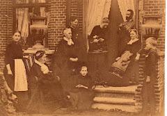 6.014.Lovise Christine Ipsen t.h. i stol foran sin søn Bertel ved hus på Frederikssundsvej 1888