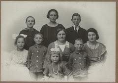 Hylleborg med alle deres børn, sommer 1923.