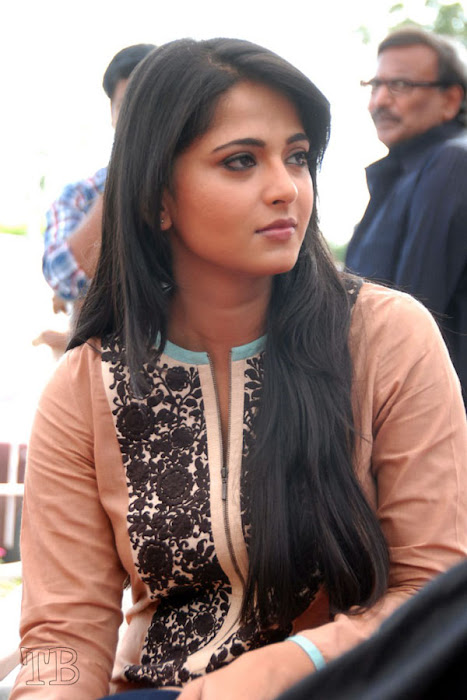 anushka new ragada press meet unseen pics