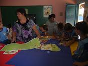 Profª Cláudia em atividades com os alunos